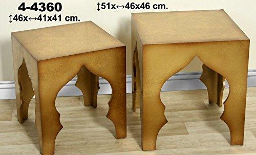 Set de 2 mesas de madera de estilo árabe en tonos marrones y dorados.